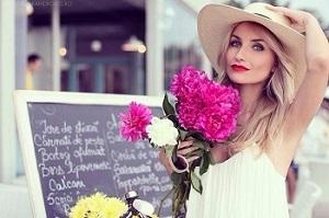 Женщина в шляпе с цветами