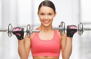 Упражнения с гантелями для увеличения груди для женщин