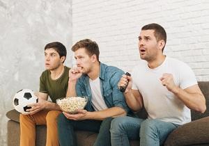 Компания молодых людей смотрят футбол