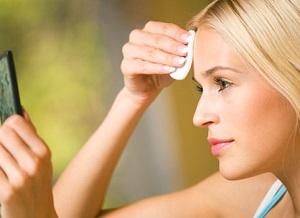 Блондинка очищает лицо