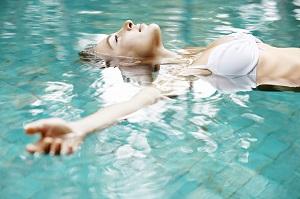Плавание на спине для похудения - описание и результаты