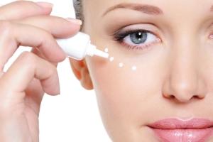 Как правильно наносить крем вокруг глаз: ошибки в уходе и нанесении средств