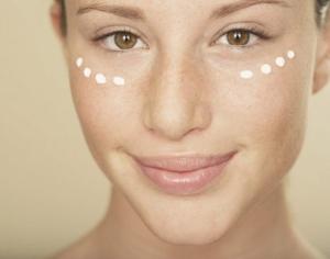 Как правильно наносить крем вокруг глаз: техника нанесения