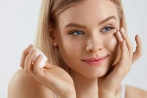 Как правильно наносить крем вокруг глаз: особенности ухода