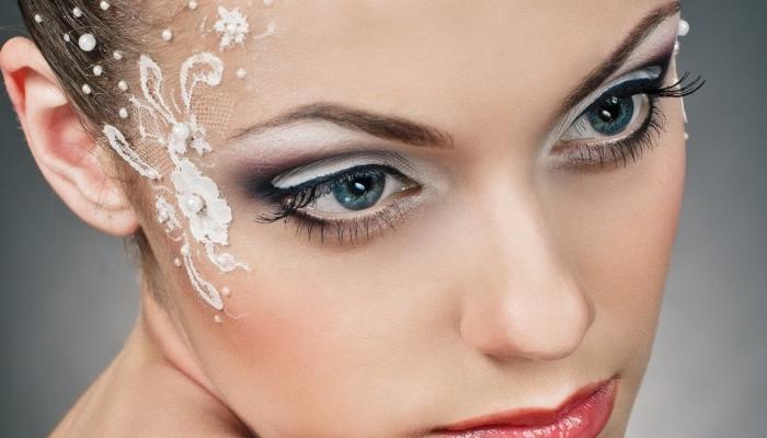 Светлый макияж для голубых глаз и другие варианты: свадебный для невесты, фото