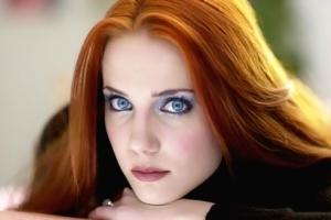 Светлый макияж для голубых глаз и другие варианты: какой подходит к цвету волос?