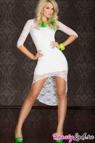 Кружевное платье с яркими украшениями