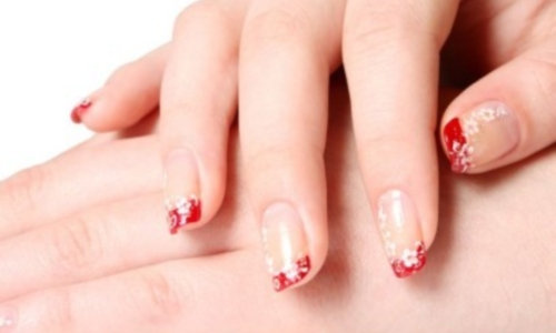 Броский, но нежный красно-белый французский маникюр на коротких ногтях