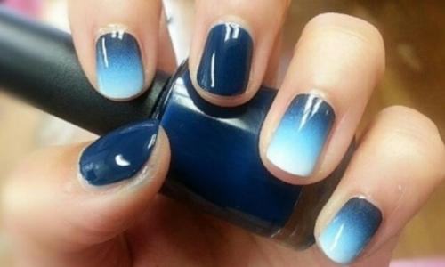 Изящный белый с синим градиентный маникюр на короткие ногти