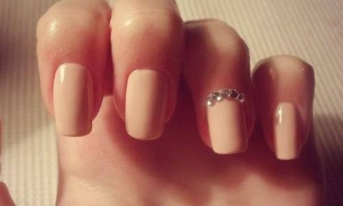 Свадебный маникюр на короткие ногти - бежевый с блестками на безымянном пальце