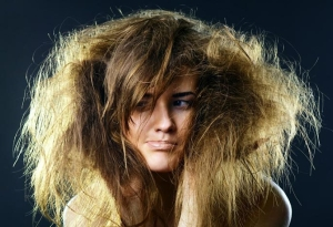 Частое применение профессиональной смывки краски для волос приведет к их сухости