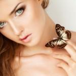 Красивая девушка с бабочкой