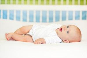 Возможно ли приучить грудного ребенка засыпать в своей кроватке