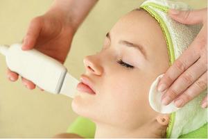 В чем преимущество салонной чистки лица у косметолога и ее недостатки