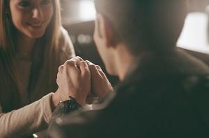 Как по жестам можно понять, что мужчина влюбился, даже если он это скрывает