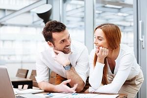Парень с девушкой общаются в офисе