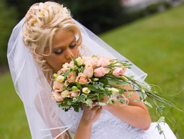 Для волос средней длины свадебная прическа может быть украшена многоярусной фатой