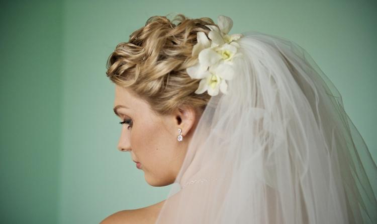 Свадебную прическу средней длины можно украсить цветами