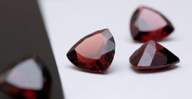 О камне гранат и его магических свойствах для женщины Стрельца