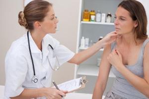 Основные причины появления привкуса железа во рту у женщины и врачебная помощь
