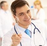 Молодой мужчина доктор улыбается