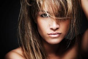 Особенности выбора цвета при мелировании темных волос с челкой