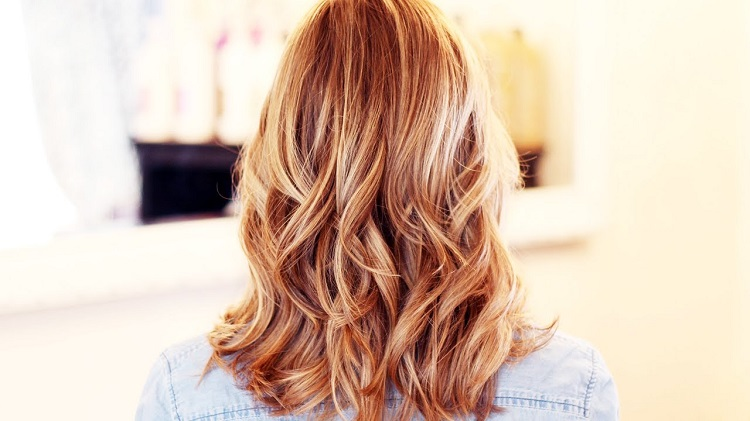 Мелирование рыжими прядями на светлых волосах