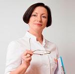 Женщина-доктор в халате сняла очки