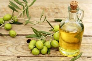 Окрашивает ли светлые волосы оливковое масло, можно ли применять светловолосым?