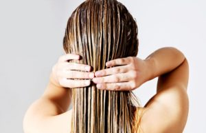 Нанесение масла лаванды на волосы