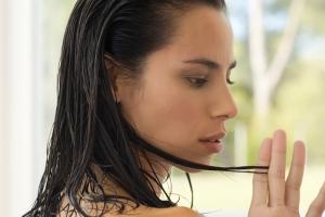 Увлажняющее масло для волос: меры предосторожности и потенциальный вред
