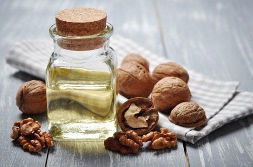 Масло грецкого ореха для волос справится с задачей питания и увлажнения