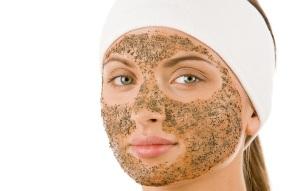 В маски скрабы для лица добавляют питательные и тонизирующие компоненты