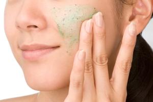 Хороший очищающий скраб для лица: правила выбора