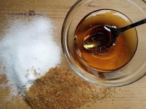 Скраб из сахара, меда и других ингредиентов для лица: рецепт от прыщей и комедонов