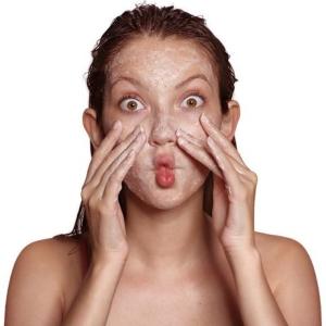 Как пользоваться скрабом для лица, как подобрать под свой тип кожи?