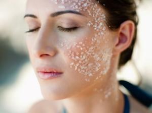 Пилинг для жирной кожи лица: рецепт с поваренной солью