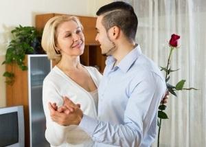 Молодой мужчина с женщиной танцуют