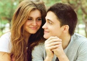 Молодая пара улыбается