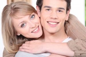 Счастливая пара обнимается