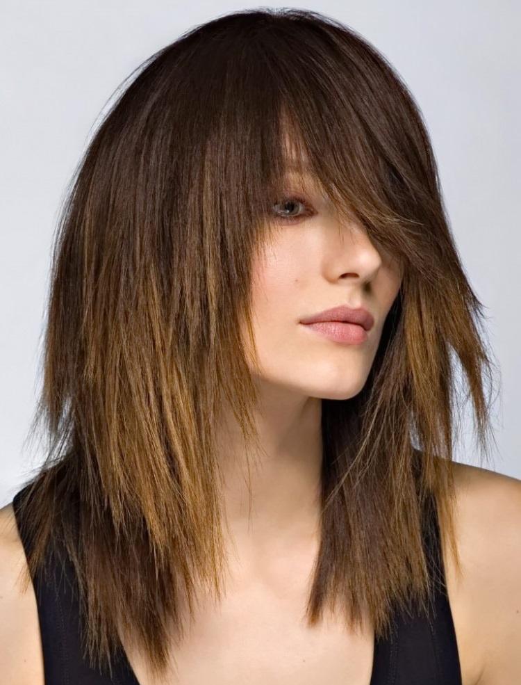 Каскад: рваная стрижка для средних волос