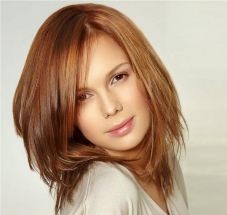 Каскад: стрижка на средние волосы с косой челкой