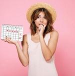 Девушка в соломенной шляпке с календарем