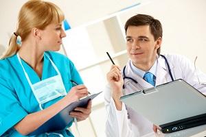 Доктор и медицинская сестра на рабочем месте