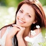 Красивая девушка на цветочной поляне