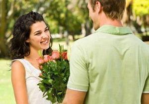 Парень подарил девушке красивый букет цветов