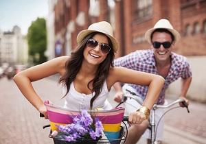 Парень с девушкой катаются на велосипедах