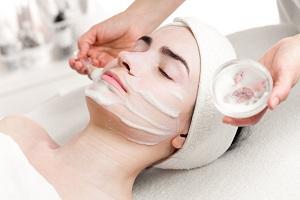 В салоне красоты проводят косметическую процедуру