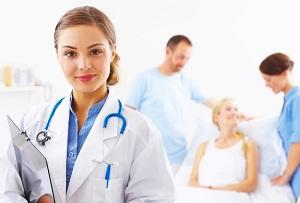 Молодая девушка-врач улыбается в камеру