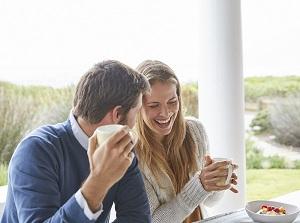 Влюбленные мужчина и женщина пьют кофе